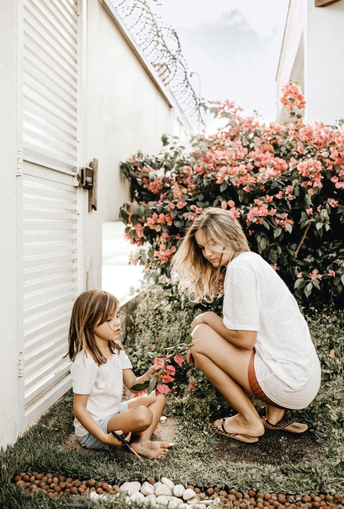 jardiner famille mère fille espace cultivable jardin potager fleurs
