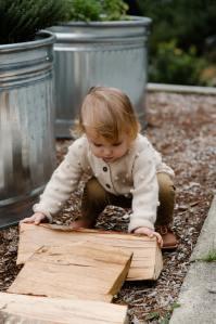 enfant bébé activité écolo rondins bois nature