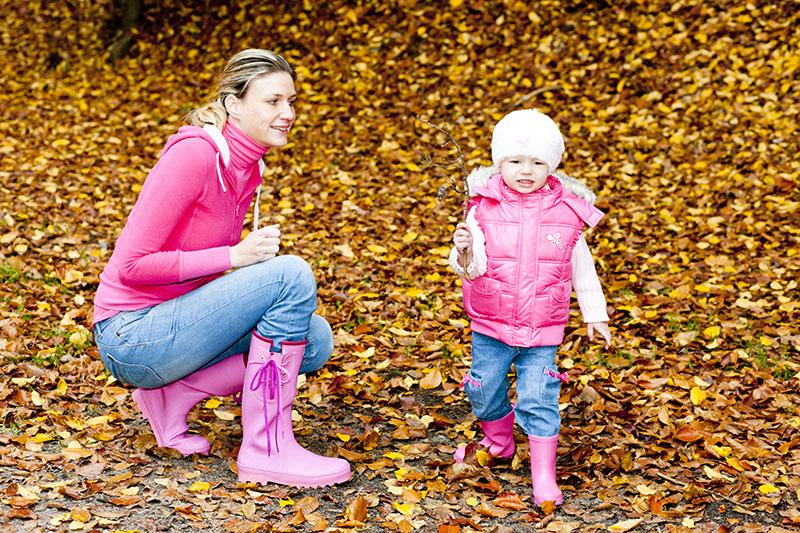 famille sortie nature cinq sens mère fille feuilles automne